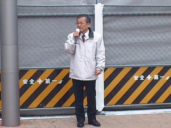 朝の武蔵小金井駅前で